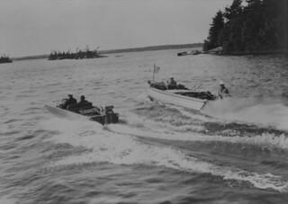 Motorboats racing, Thousand Islands, Ontario / Course de bateaux à moteur, Les Mille-Îles (Ontario)