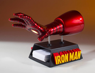 超硬派桌上小物再一發!! Gentle Giant Marvel Comics【鋼鐵人手套名片架】Iron Man Gauntlet Business Card Holder Desk Accessory