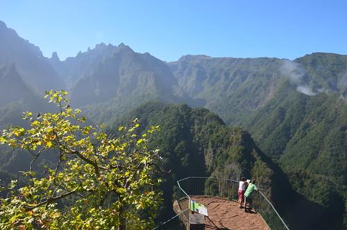 Paare bewundern gemeinsam die Aussicht vom Pico Ruivo