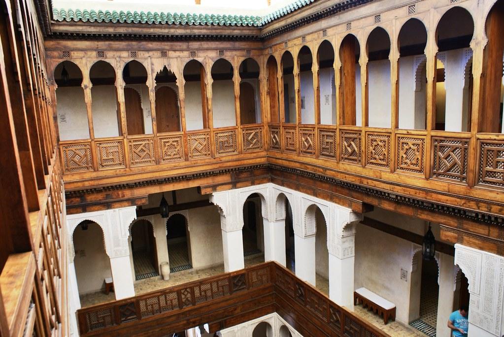 Dans la cour du Musée Nejarrine sur l'artisanat du bois dans la médina de Fès.
