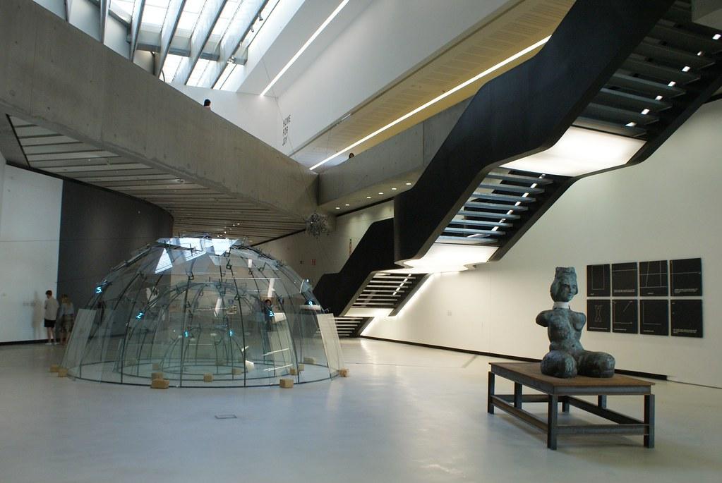Intérieur spatial du Musée d'art contemporain Maxxi à Rome.