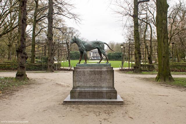 Parco del Cinquantenario, il cane portafortuna tra le curiosità su Bruxelles.