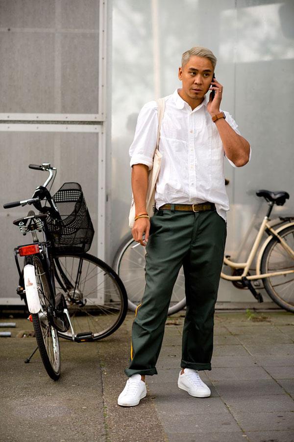 白シャツ×カーキチノパン×白ローカットスニーカー