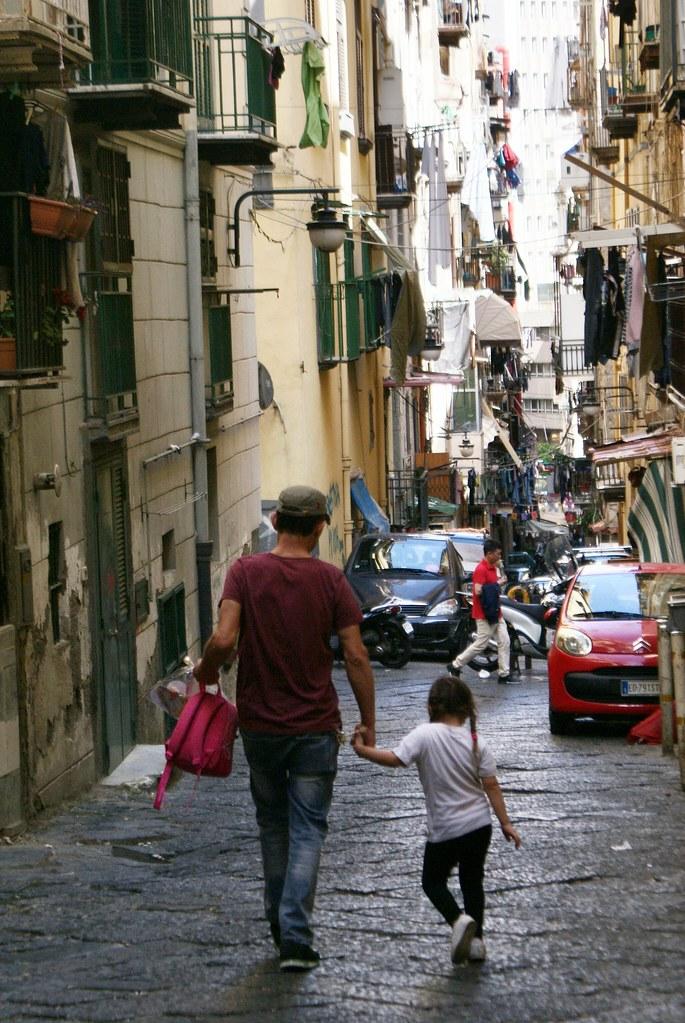 Quartiers Espagnols à Naples : Des coeurs en banderoles et des petites filles qui dansent.