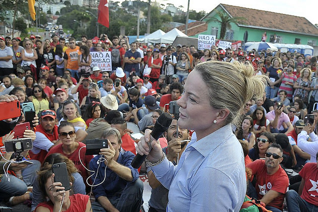 Workers' Party chair Gleisi Hoffmann read ex-president's letter to activists at pro-Lula camp - Créditos: Marcello Casal Jr/Agência Brasil