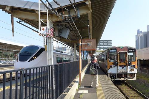 勝田駅にて常磐線特急電車と並んで停車中の湊線気動車37100形