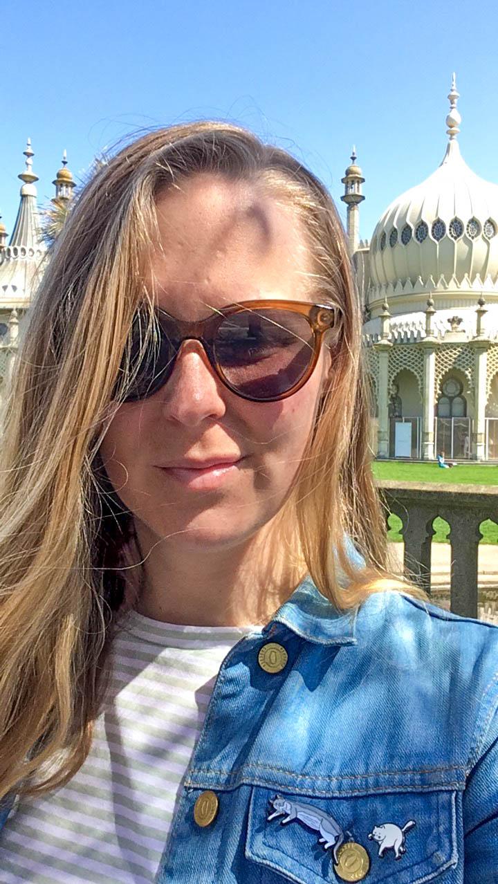 Annie framför Brighton pavilion