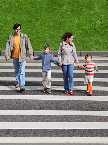 educacion-vial-familia-cruza-calleG
