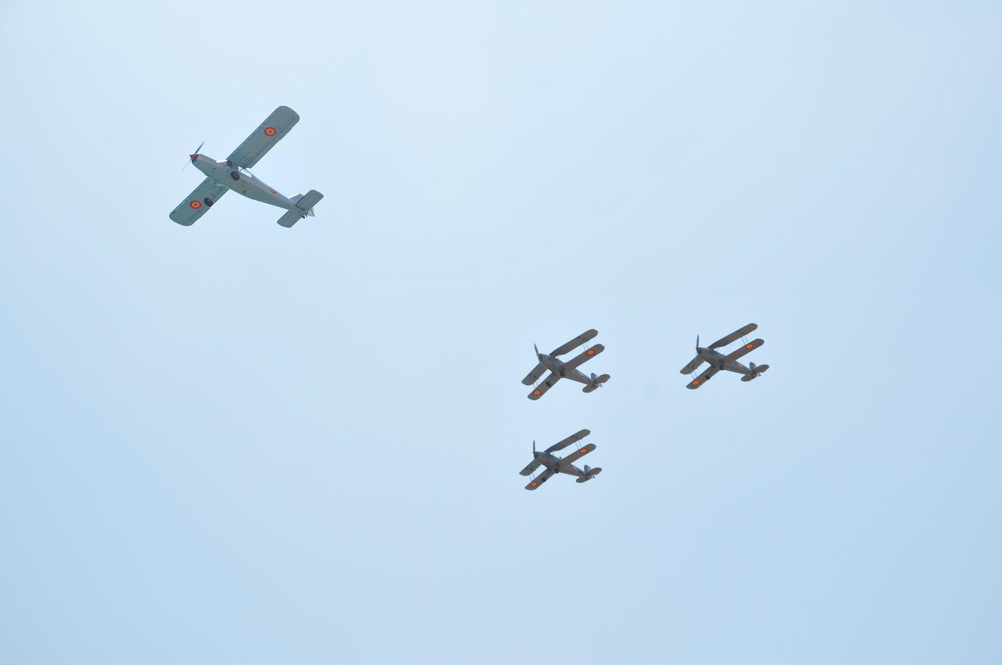 Una de las formaciones de aviones históricos que voló sobre la Academia General