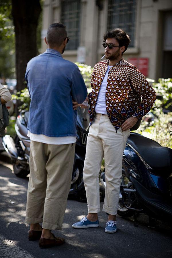 ブラウン系柄ブルゾン×白無地Tシャツ×白パンツ×ライトブルースニーカー