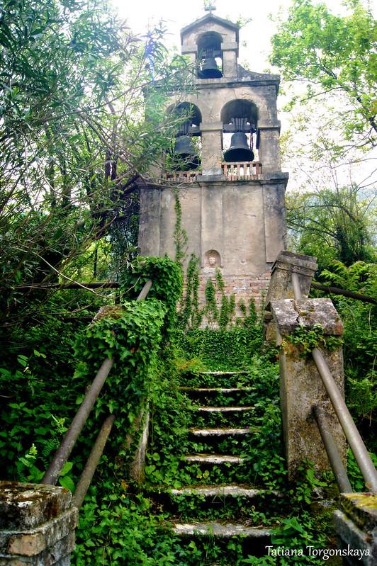 Старая звонница за церковью Рождества Богородицы