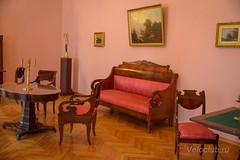Знаменитый красный диван, на котором почивал А.С. Пушкин, будучи в Берново