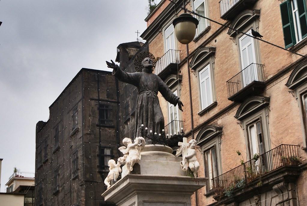 Statue religieuse dans le centre historique de Naples.