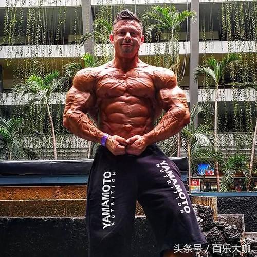 你能想象持續健身30年後的身材嗎?這樣的肌肉已然是登峰造極了!