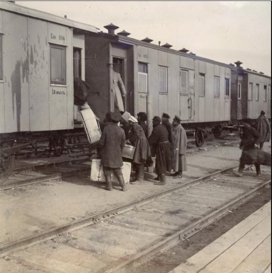 Иркутск. Пассажиры садятся на поезд