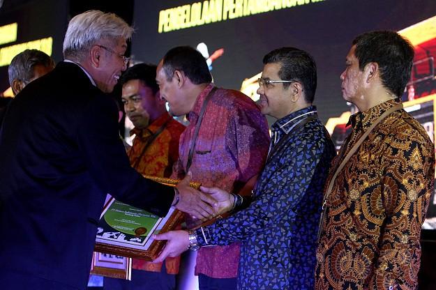 """Semen Indonesia Terima Penghargaan Peringkat """"Emas"""""""