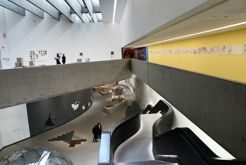 Intérieur spatial du Musée Maxxi à Rome.