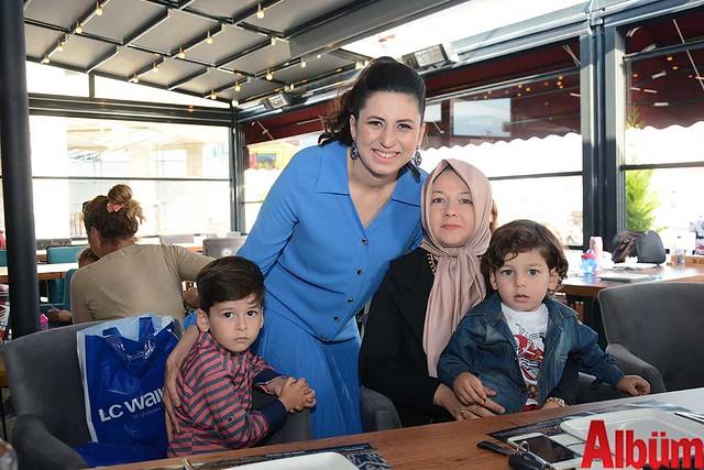 Bahçe Manav Market'in sahibi Hakan Hacıhamdioğlu ve Sibel Hacıhamdioğlu- ikizleri 3 yaşında -4