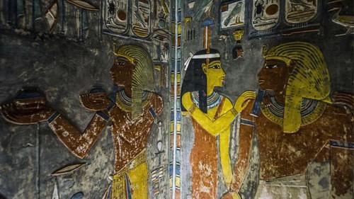 لم يغفل الأدب المصري على الإطلاق إعلاء شأن الترابط الأسري القائم على مبدأ الحب والاحترام للمرأة