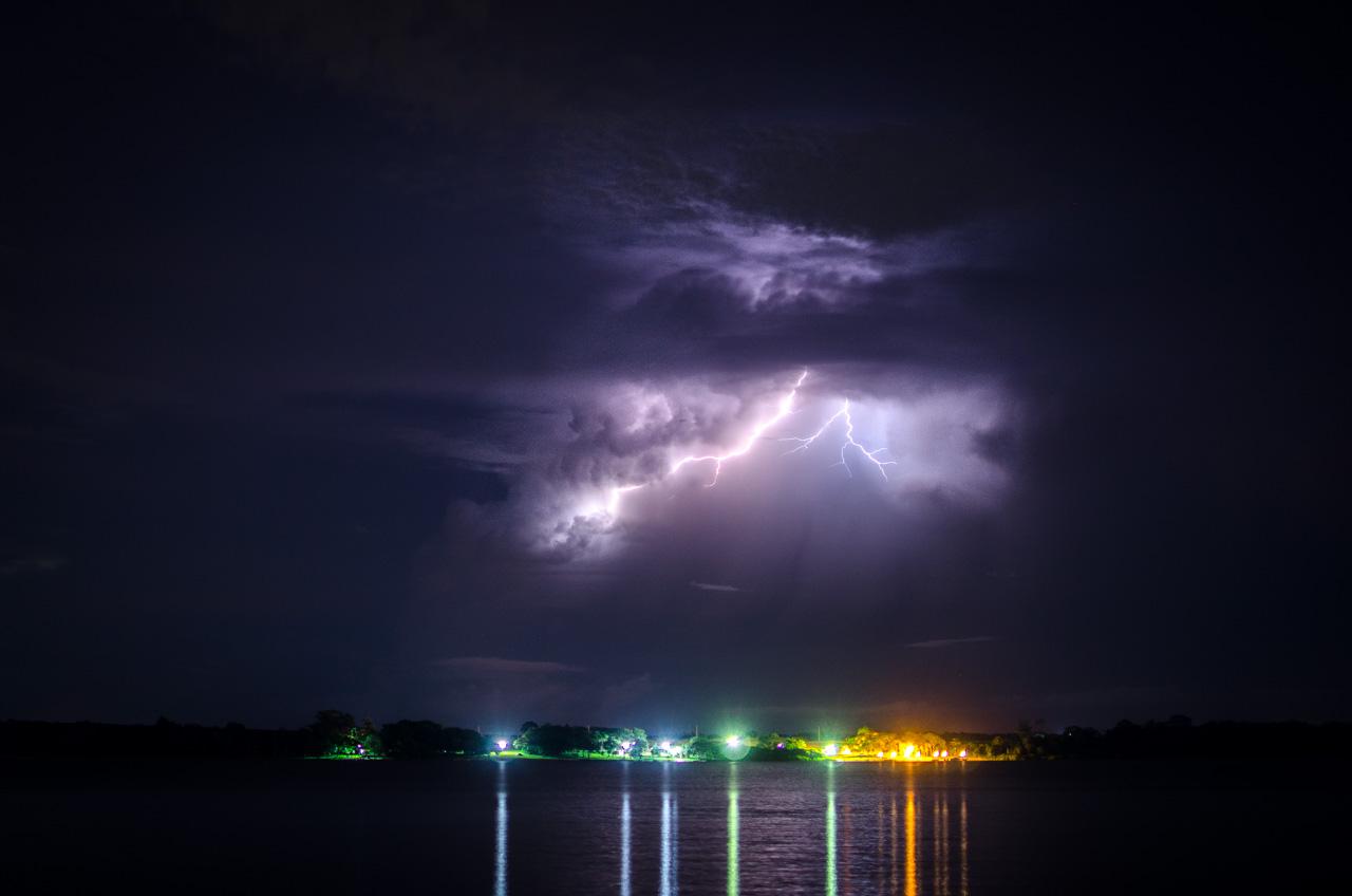 Una tormenta eléctrica puede verse a lo lejos, aproximándose al Lago Yguazú, el pasado mes de febrero, en la localidad de Colonia Yguazú del departamento de Alto Paraná. (Elton Núñez).