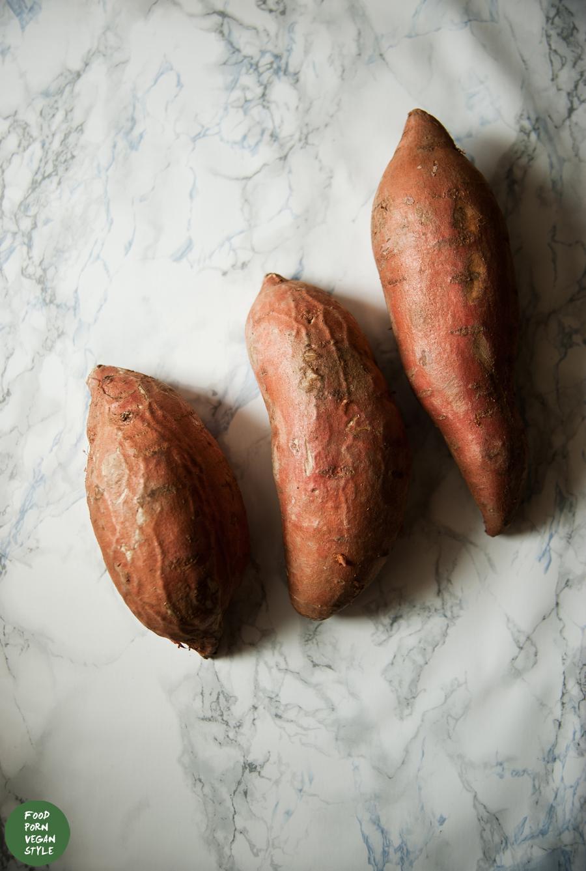 Roasted sweet potatoes with sage and thyme / Pieczone bataty z szałwią i tymiankiem