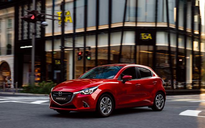 圖一:2019 Mazda2導入匠塗工藝代表車色-晶艷魂動紅與鋼鐵灰,演繹出獨特耀眼的色彩,展現超越同級車的時尚質感。