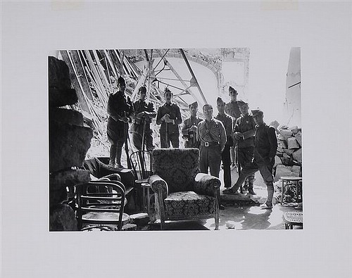 Militares nacionales en el Alcázar tras la toma del Alcázar. Foto de James Abbé.