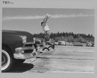 Starter Jack Williams in action on the 1/4-mile drag race at the B.C. Custom Car Association, Abbotsford... / Le juge de départ Jack Williams donnant le signal sur la piste d'accélération d'un quart de mille à la B.C. Custom Car Association, Abbotsfo
