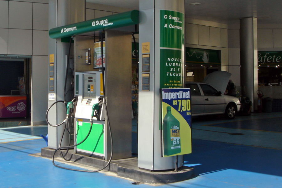 Dual-fuel gas station at Sao Paulo, Brazil, offering cane ethanol (A) and gasoline (G). Photo taken on April 28, 2008.