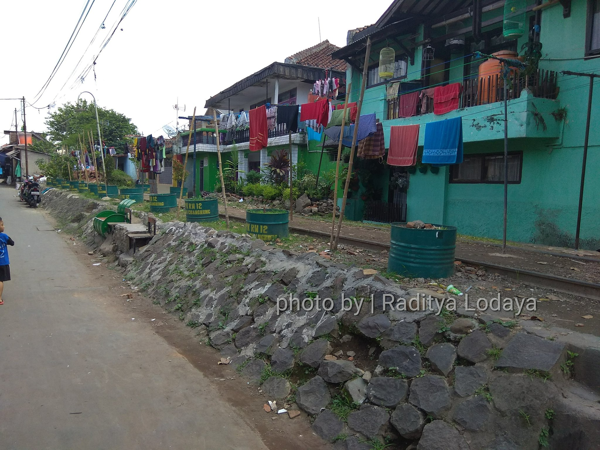 Foto Jalur Rel Mati Bandung (Kiaracondong Karees) 21 - Rel keliatan utuh di Jalan Cinta Asih