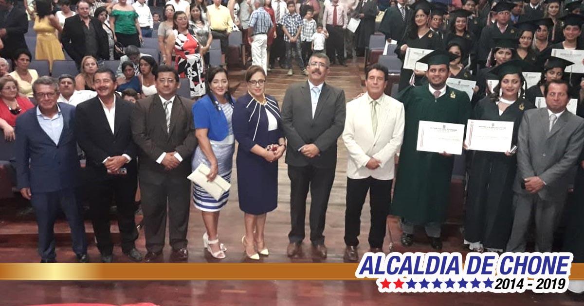 Universidad Eloy Alfaro de Chone graduó a un centenar de profesionales en diferentes carreras
