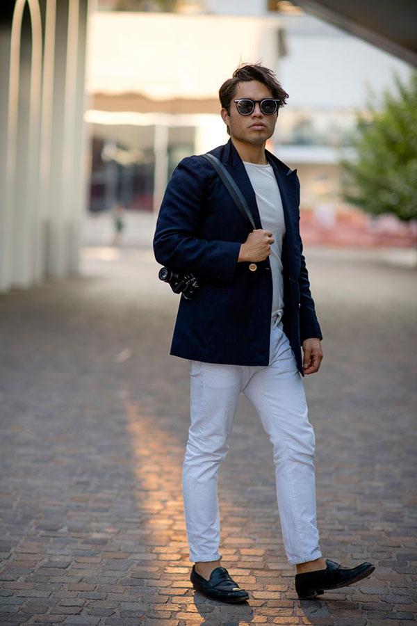 ネイビーピークドラペルテーラードジャケット×白無地Tシャツ×白パンツ×ネイビーコインローファー