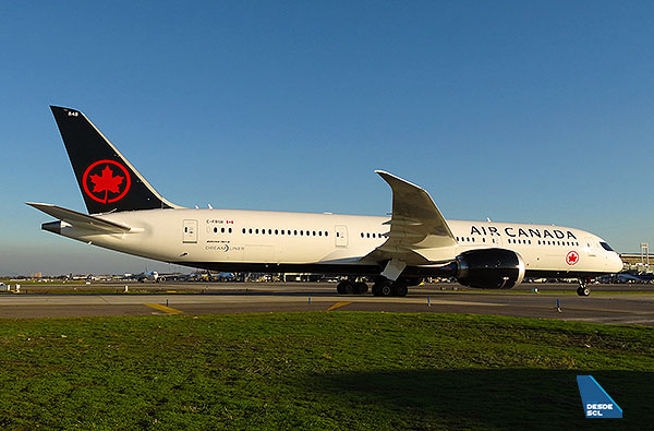 Air Canada B787-9 taxi in SCL (RD)