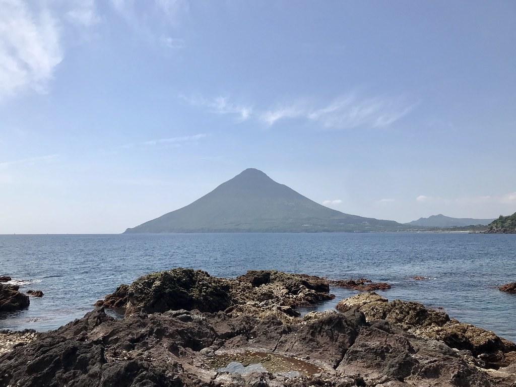 岩礁から開聞岳を臨む