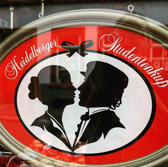 A kiss of a student for the love of his life. In ancient times people had no #tinder, they gave each other some chocolate - #heidelberg #heidelberg4you #romanticheidelberg #romanticcities #visitheidelberg #beautifuldestinations #chocolate #happy #romantic