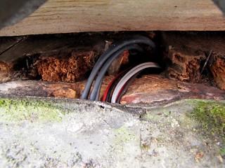 kabels lopen achter de goot langs door het dakbeschot heen de zolder op, 20 november 2011