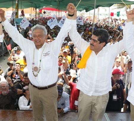 5.- Con el santón izquierdista Andrés Manuel López Obrador, en 2018.