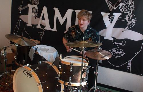 William Plante på trummor