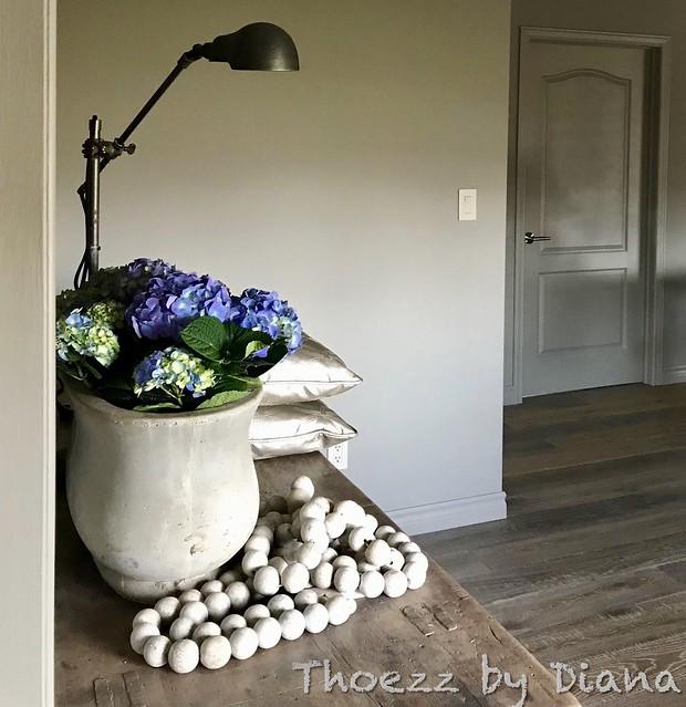 Lamp, kruik met bloemen, decoratieketting