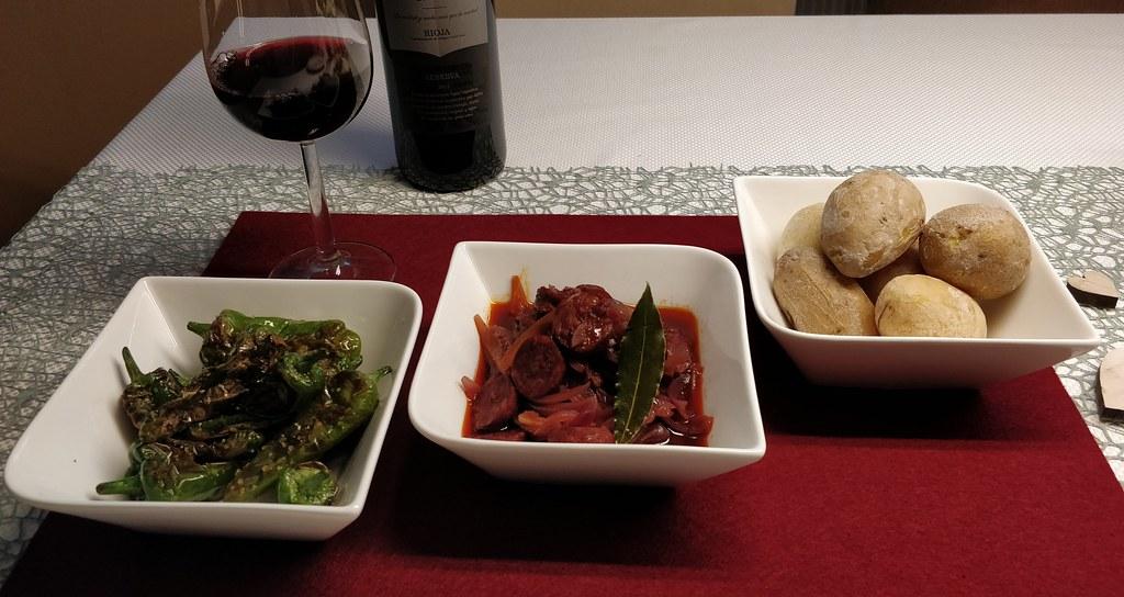 Pimientos de Padrón, Chorizo a la Riojana, Papas arrugadas