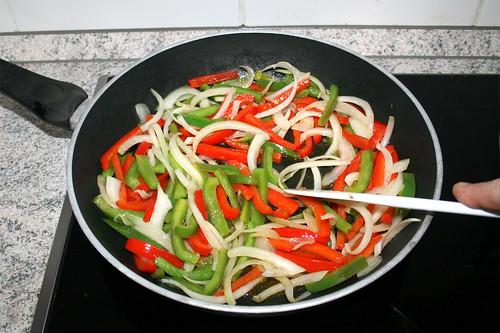 24 - Paprika & Zwiebeln andünsten / Braise bell pepper & onions