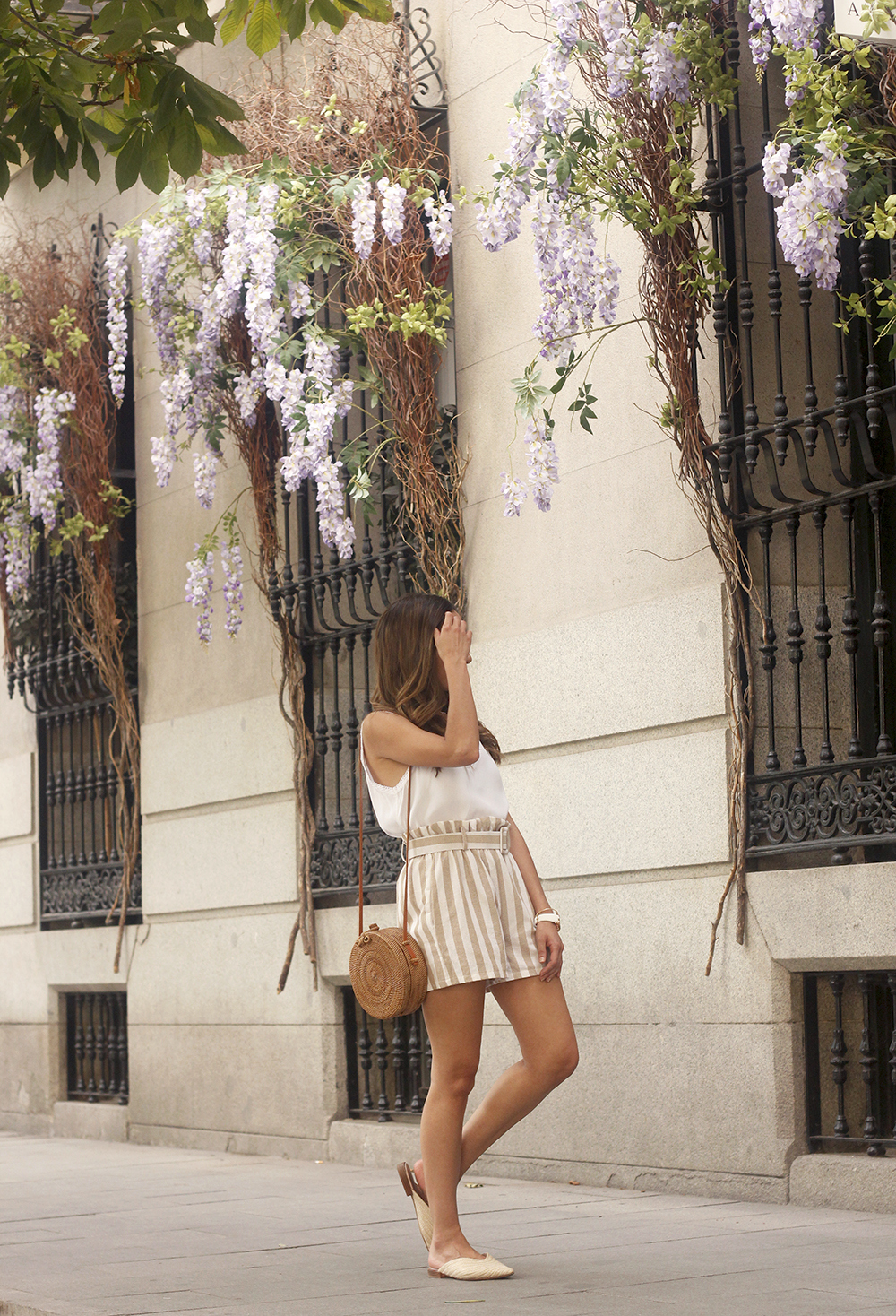 striped shorts white slippers bamboo bag casual summer outfit street style03