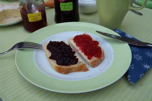 Süßkirschmarmelade und Johannisbeergelee auf Weißbrot französischer Art