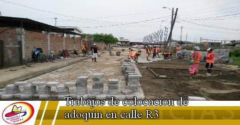 Trabajos de colocación de adoquín en calle R3