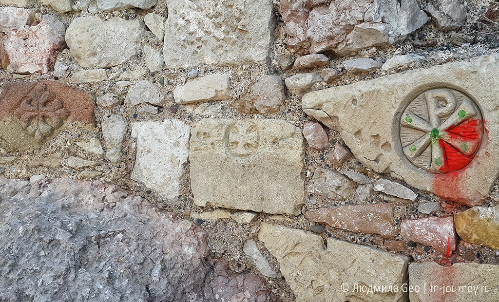 старинные знаки на стене