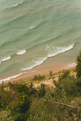 High bluff overlook on M-22, Lake Michigan. Photographer Nic Sagodic