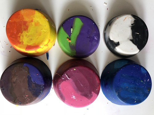 Making recycled crayons from broken crayon bits. Read how on EvinOK.com