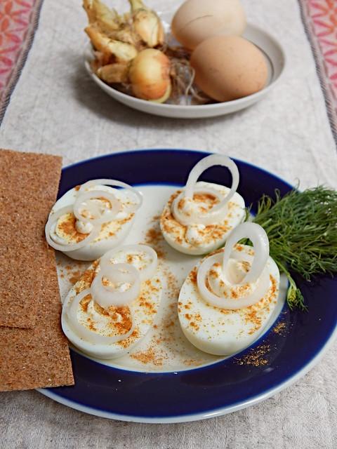 Яйца с майонезом и репчатым луком, рецепт закуски из Книги о вкусной и здоровой пище | HoroshoGromko.ru