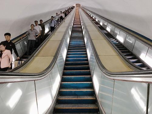 地鐵站在地下 100 米左右的深處,搭乘手扶梯下去要將近兩分鐘