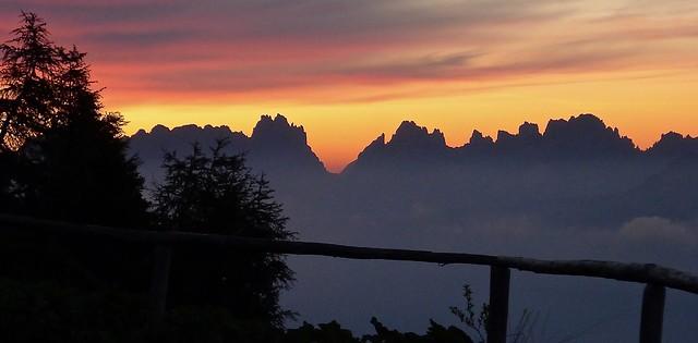 Morgendämmerung auf dem Monte Rite, 2160 m, in den südlichen Dolomiten (Bergwander- und Bikewoche Messner Mountain Museum).